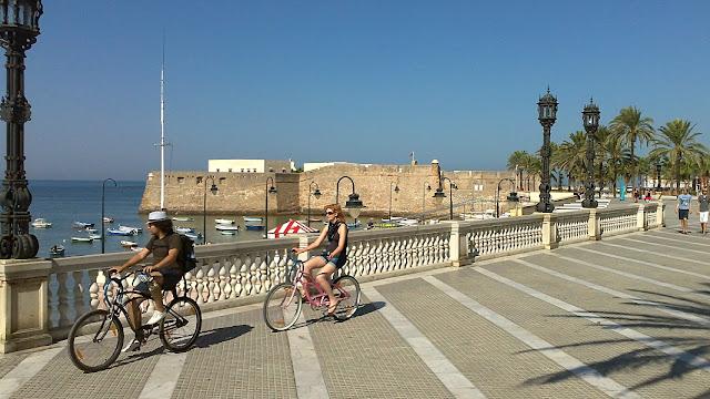 Het La Caleta strand aan de rand van de oude binnenstad van Cádiz