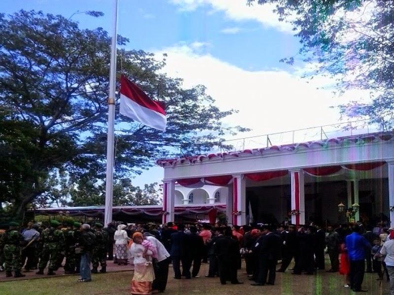 Bendera Merah Putih Berkibar Setengah Tiang di Gorontalo