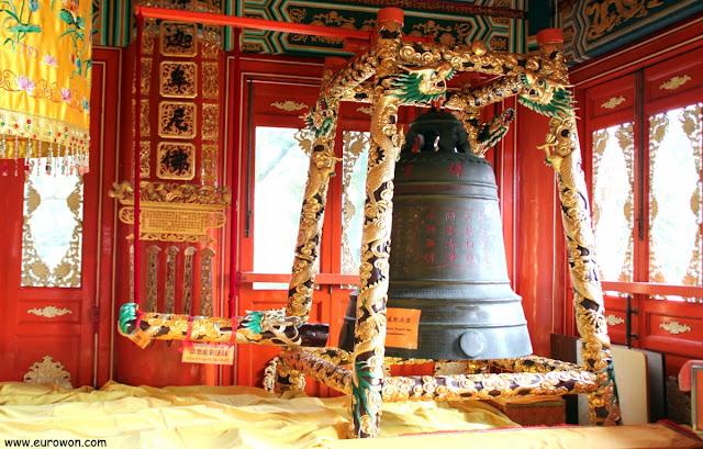 Campana ceremonial en el monasterio Po Lin