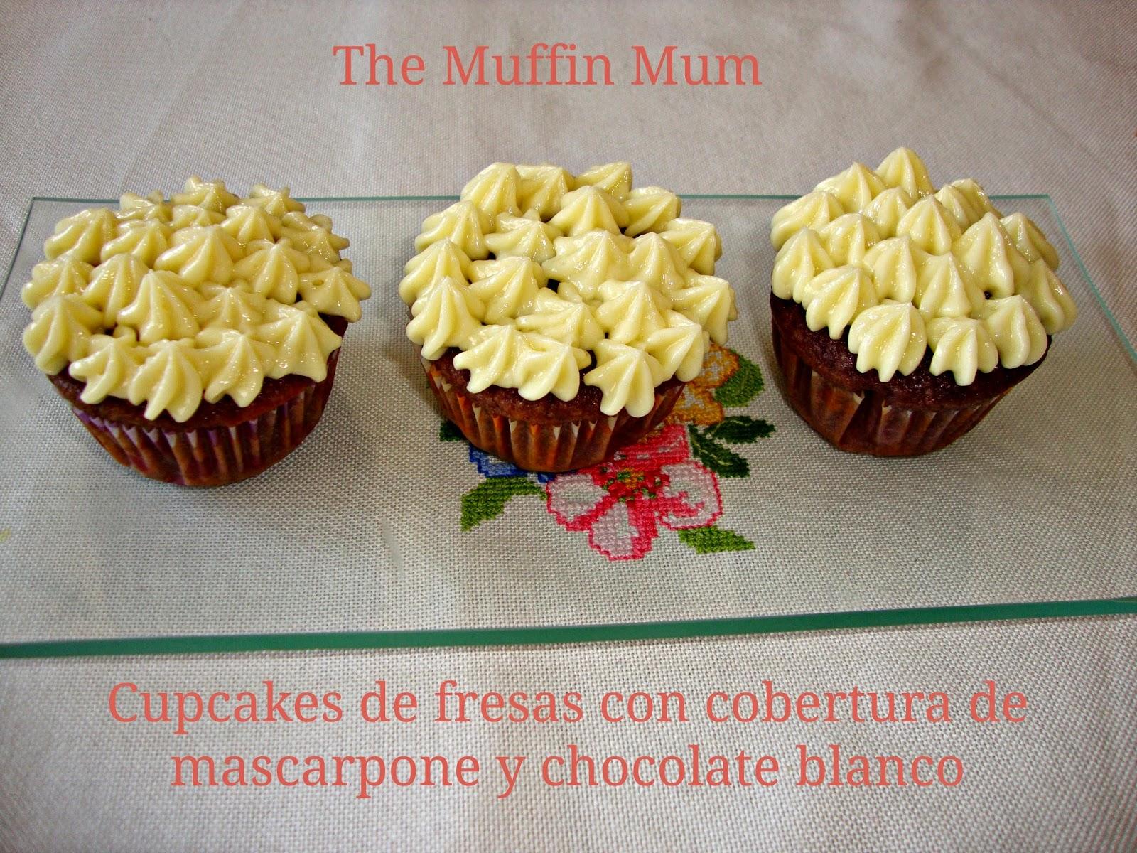 cupcakes de fresas con cobertura de mascarpone y chocolate blanco