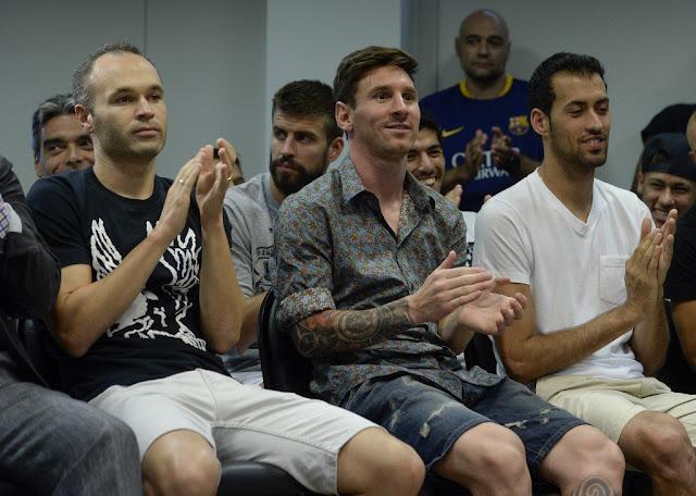 O elenco e a comissão técnica culé compareceram à coletiva para dizer adeus ao camisa 17 (foto: AFP)
