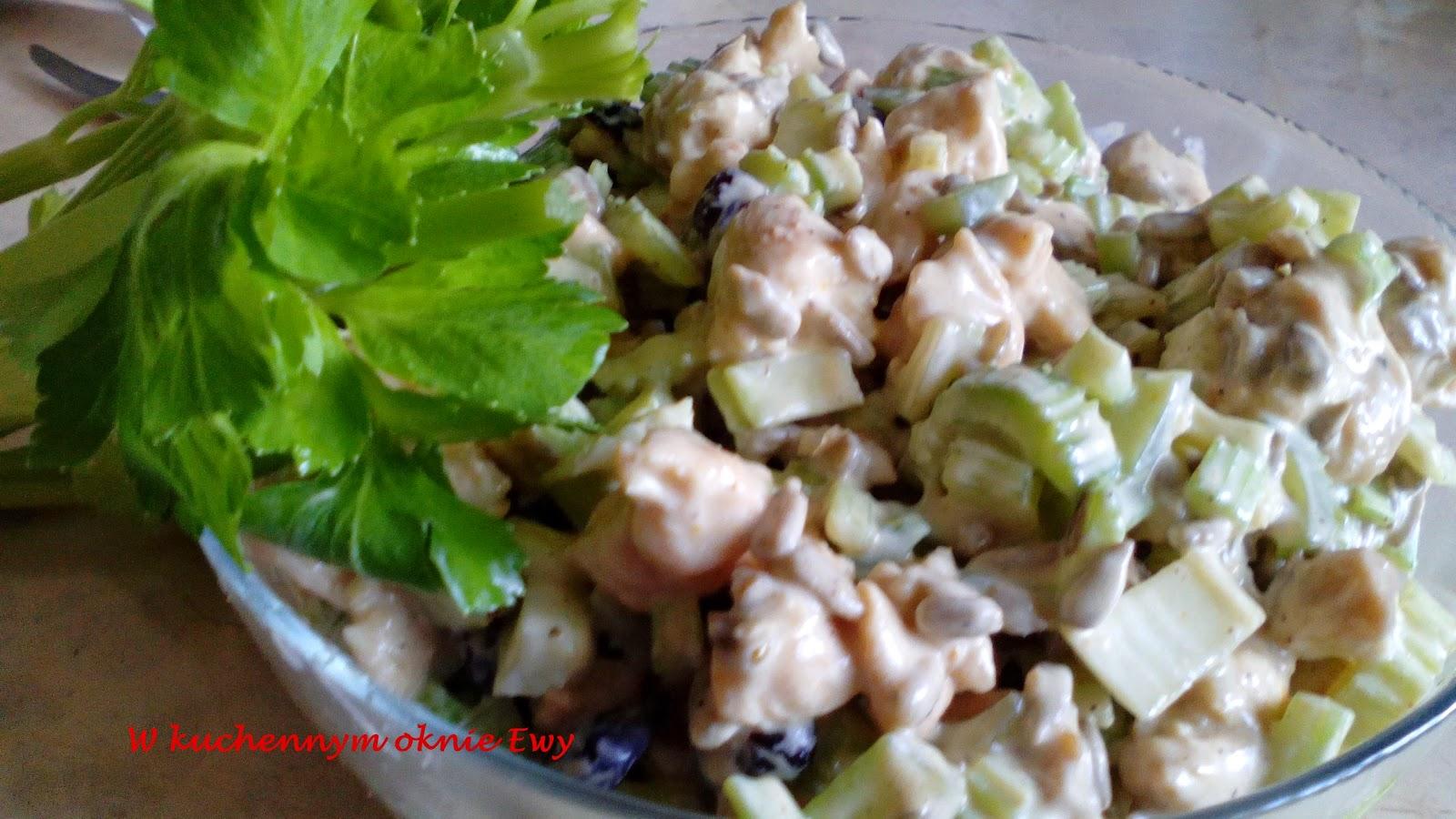 W kuchennym oknie salatki