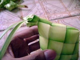 cara untuk memasukkan beras ke selongsong ketupat 4
