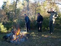 Els amics del Centre Excursionista preparant el foc per coure la carn
