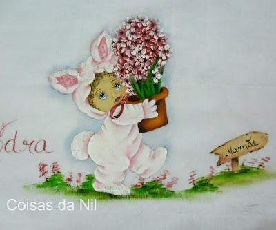"""fralda pintada com menina fantasiada de coelha"""