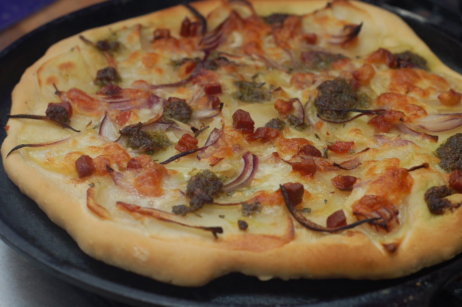 how to eat properly: potato, bacon and red onion crispy pizza
