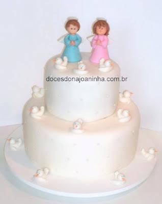 Bolo de batizado decorado com anjinhos e pombinhas