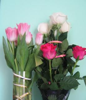 червоні, білі троянди, рожеві тюльпани
