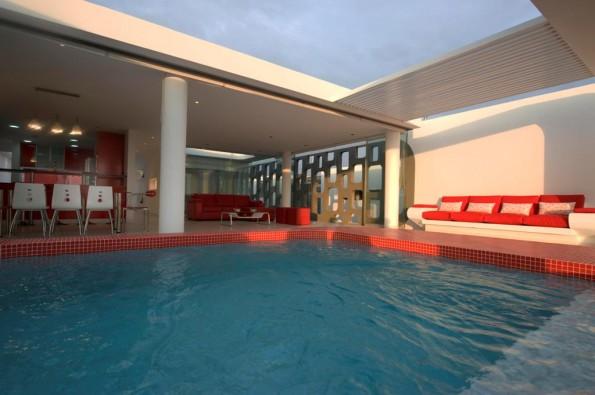 Swimming Pool in Rot-Weiß Architektur