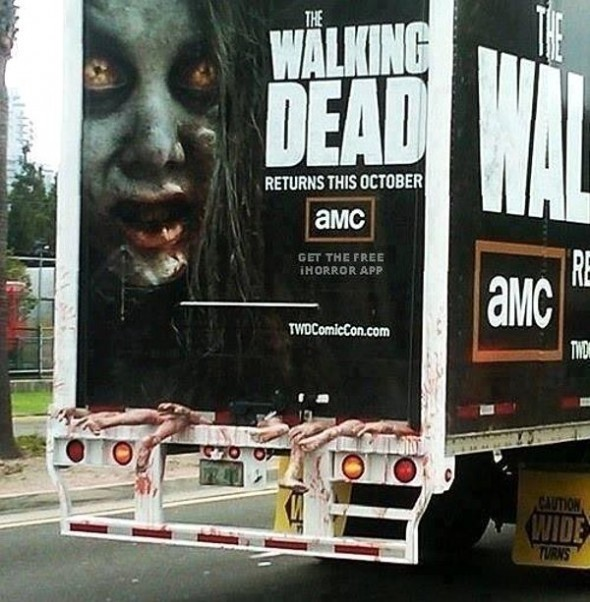 Publicidade de The Walking Dead super criativa, muito bem bolada, dá a impressão de que estão transportando zumbis no caminhão