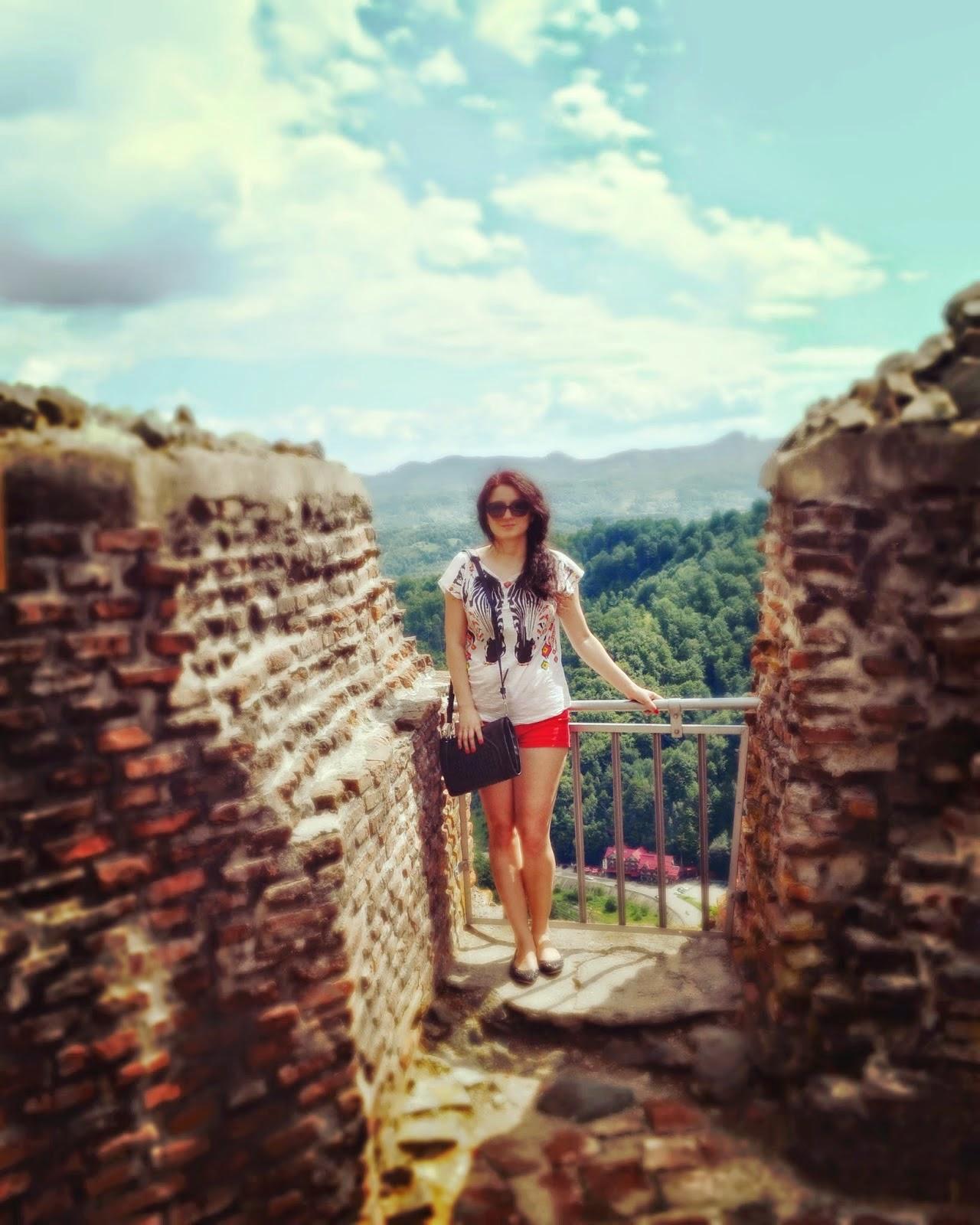 http://alittlefashionsparkle.blogspot.ro/2014/07/road-trip-part-2-castles.html