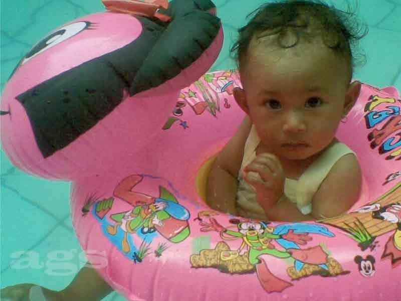 ngajari anak berenang