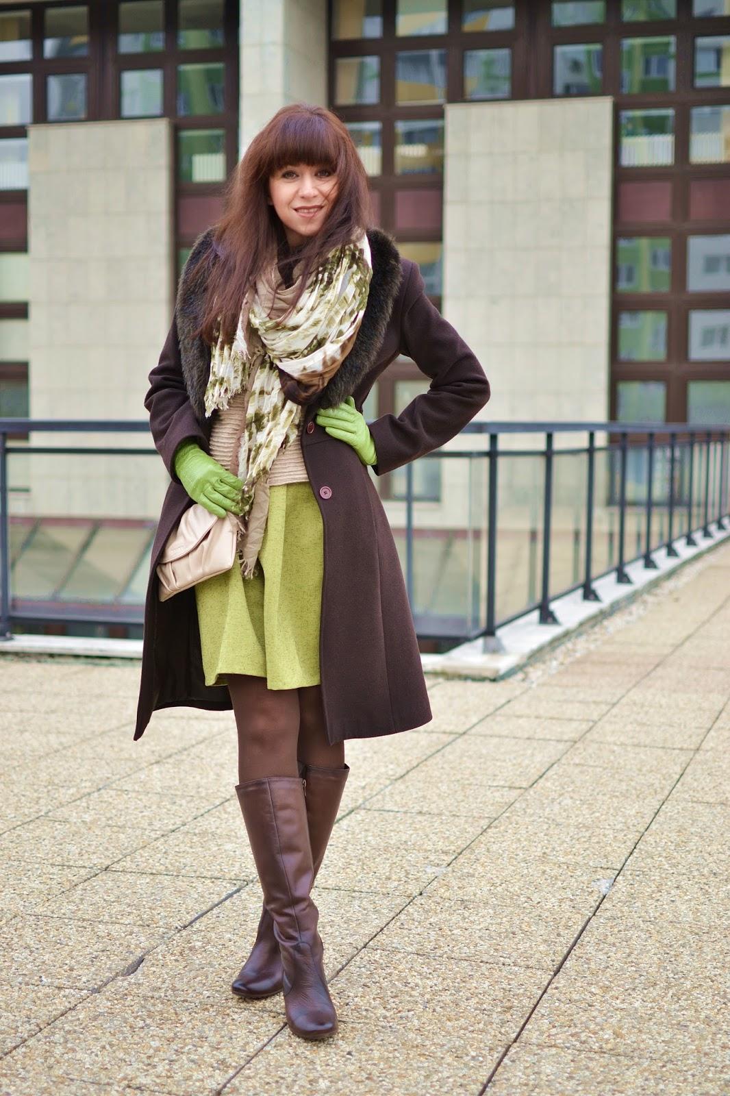 Sila šálu!_Katharine-fashion is beautiful_Zelené kožené rukavice_Hnedé pančuchy_Zelená sukňa_Katarína Jakubčová_Fashion blogger