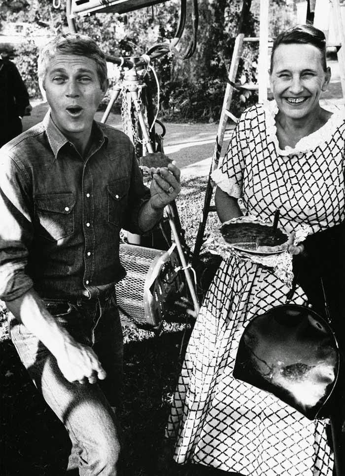 """steve McQueen comiendo pastel  de una vecina durante el rodaje de """"La última tentativa"""" (1964)"""
