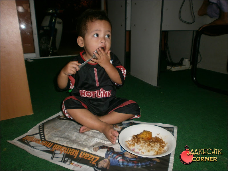 ajar anak makan sendiri, cara suruh anak makan sendiri, didik anak berdikari, tips didik anak, haziq fikri, anakku, muhammad haziq fikri,