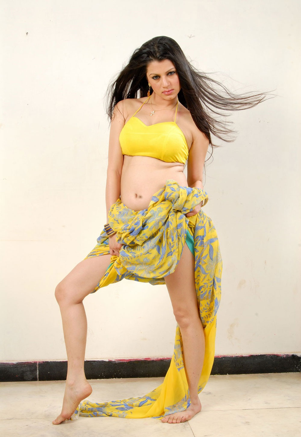 Spicy hot indian tv anchor cricket show - 2 4