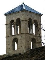 Detall del campanar de l'església de Sant Benet de Bages
