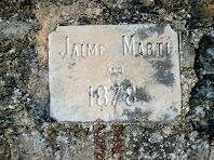 Una de les moltes referències de les reformes fetes, gravada en una placa del mur de llevant del pati o lliça