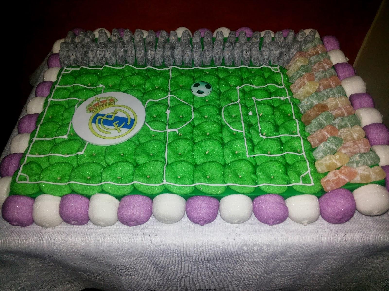 Oncho 39 s cakes tarta de chuches campo de f tbol de dos gradas for Gradas decoradas