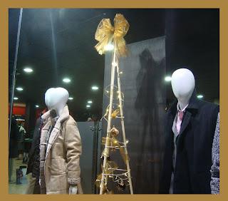 Maniquíes en el escaparate de Navidad de la tienda de moda Indalecio Moda 2