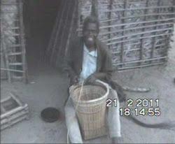 Aldeia Nsamba-artesao de mochilas