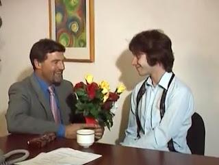 hombre regalando unas flores a su jefe