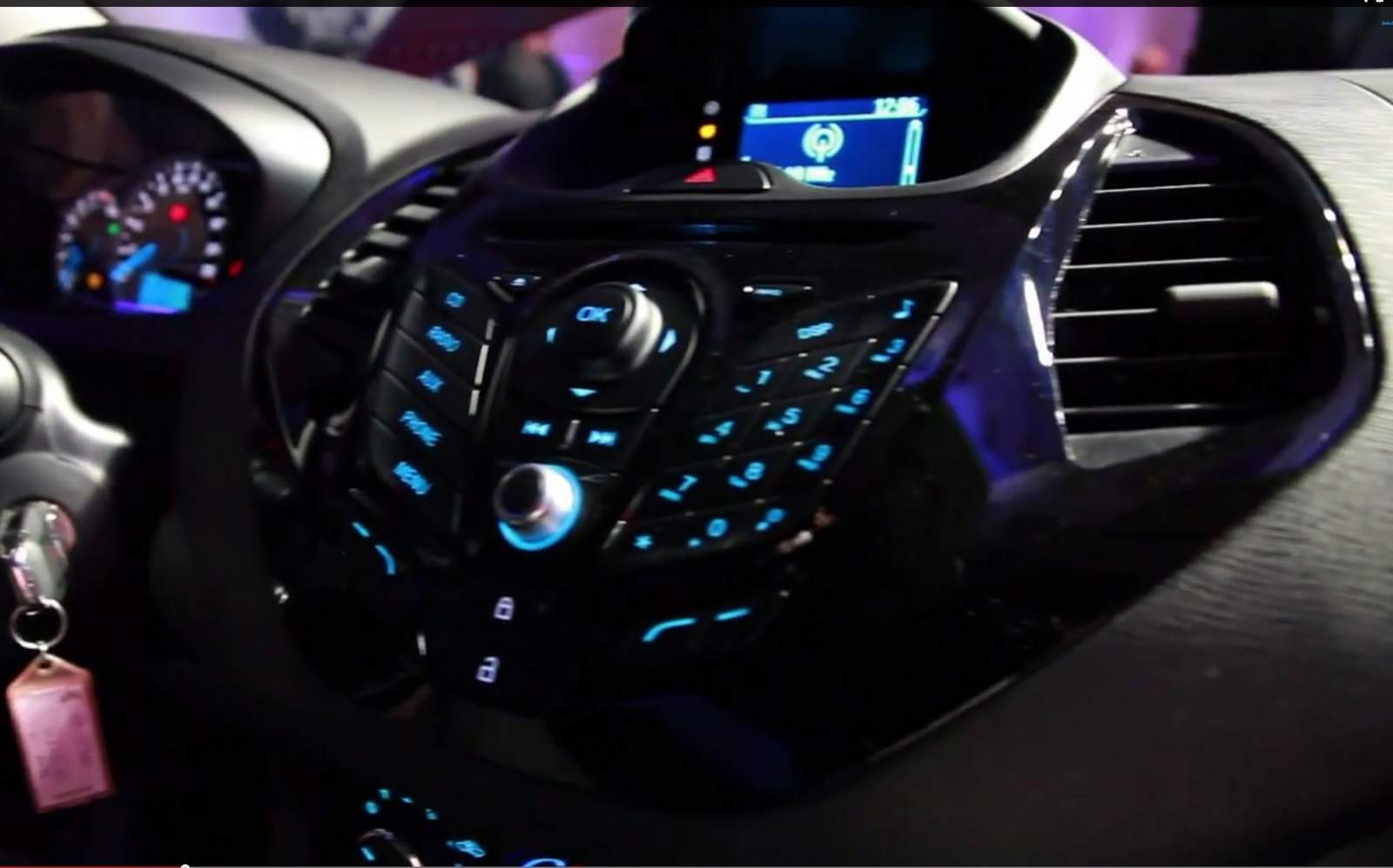 Movo Ford Ka 2015 - console central - sistema SYNC