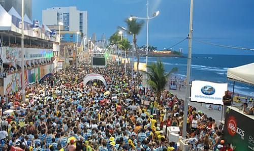 Missionários evangelizam no carnaval de Salvador