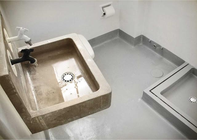 Italienisches Design in spartanischer Einrichtung in Berliner Wohnung: Bad