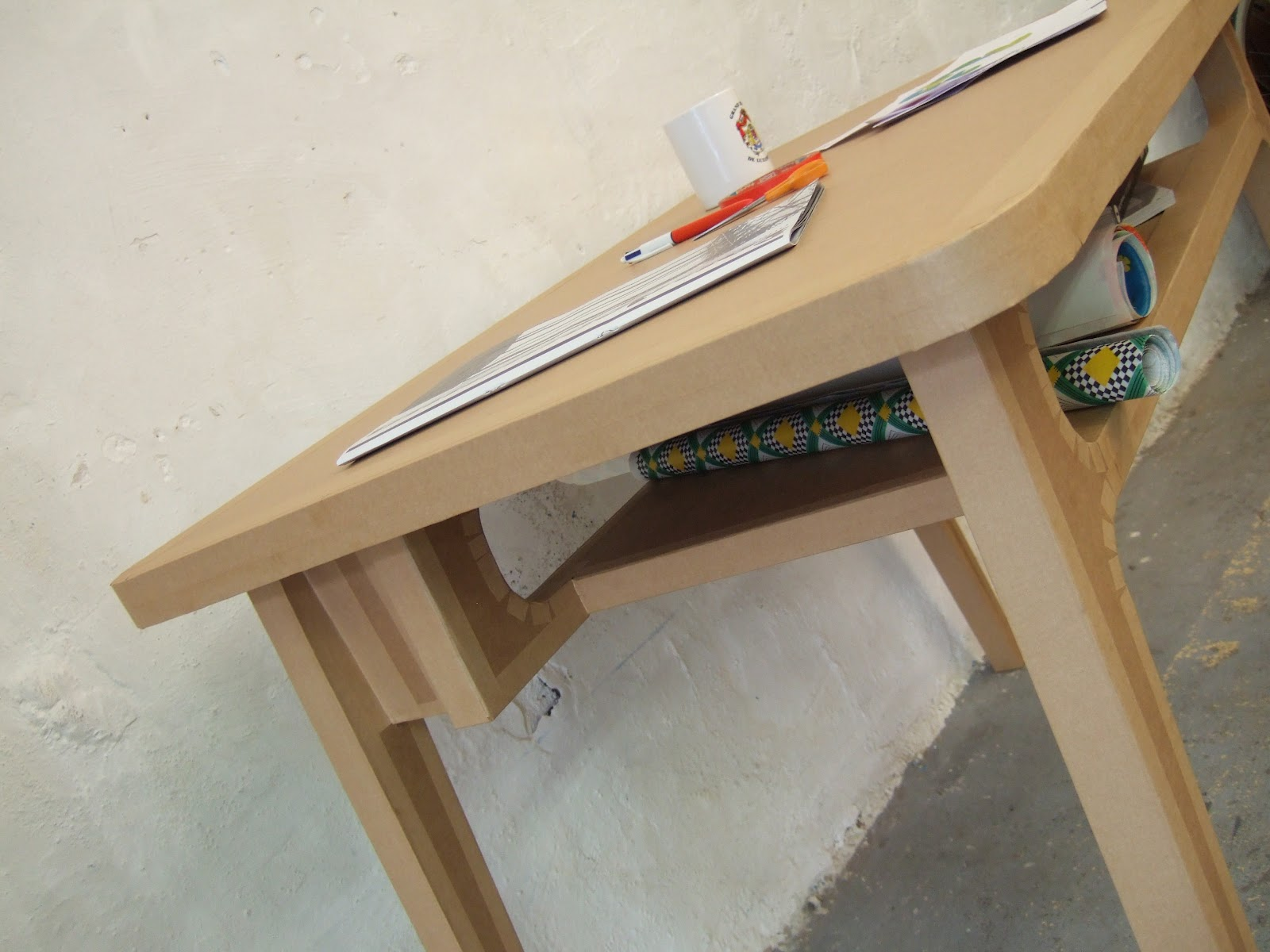 table haute en carton avec case de rangement  fabriquée à marseille par juliadesign