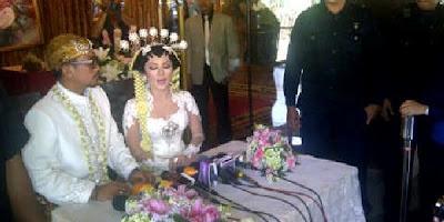 Foto Pernikahan Enno Lerian dengan Priambodo Sutetyo