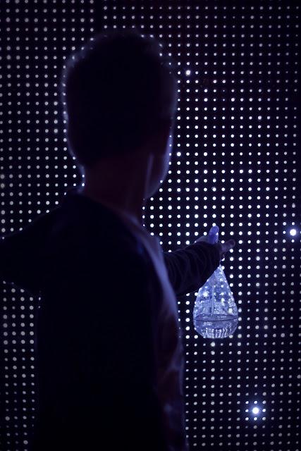Seni Grafiti Air dan Lampu, Awas Nyetrum!