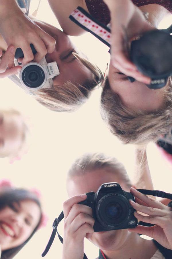 chicas haciendo fotos desde arriba