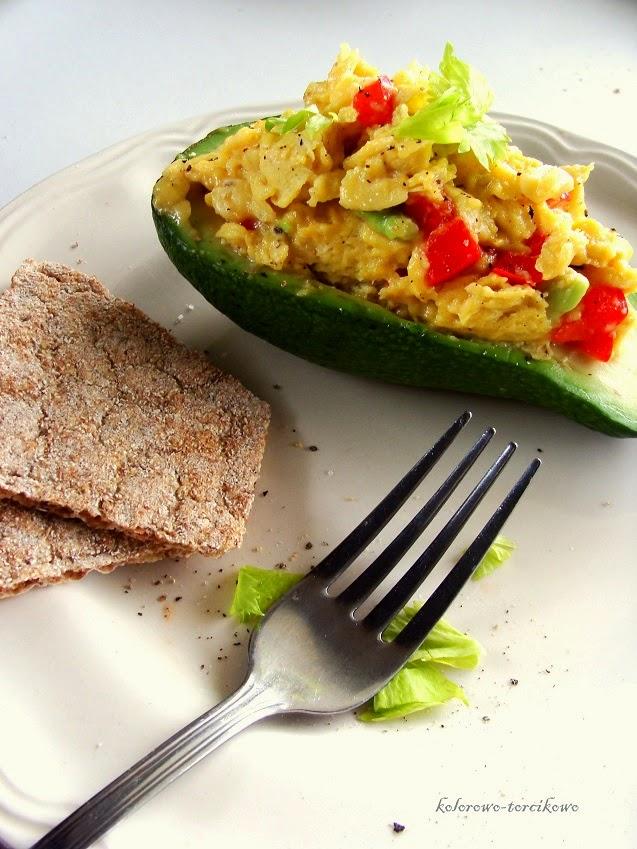 Dietetyczna jajecznica z awokado i papryką