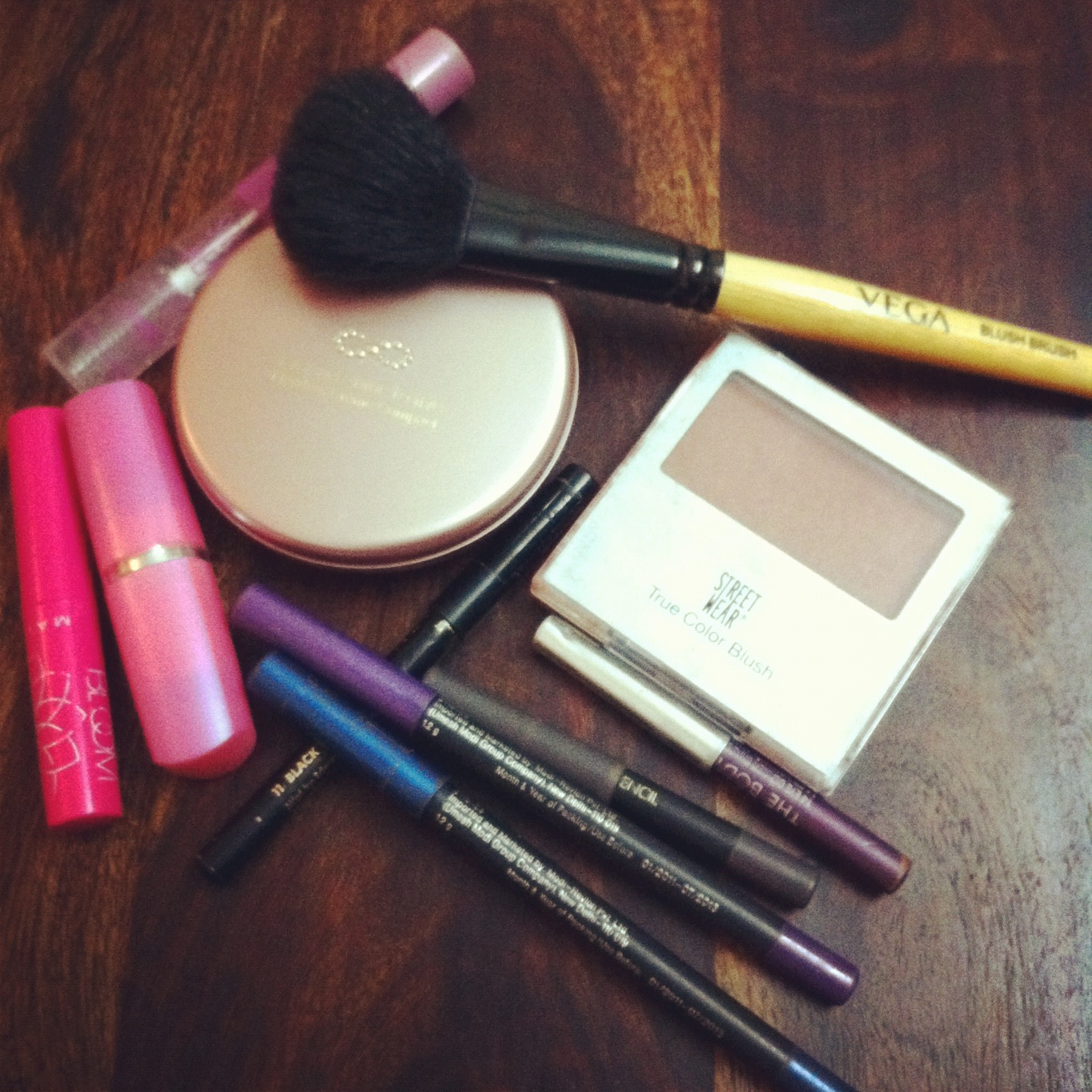 http://4.bp.blogspot.com/-KTlBtwcS5nA/UB7GPwnKyMI/AAAAAAAABOo/Yg7-nTZfbdE/s1600/makeup.jpg