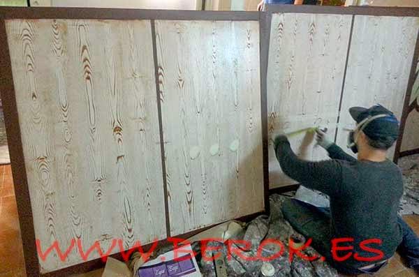 Decoración de las ventanas que formarán el rótulo de la tienda Espai Bags