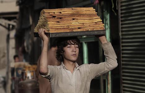 Seorang pekerja membawa manisan
