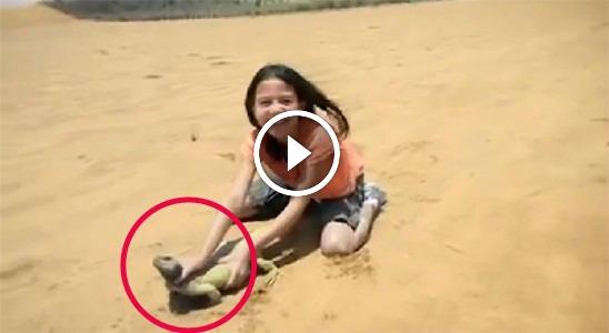"""طفلة  أمريكية  تصطاد حيوان """"الضب"""" في صحراء السعودية  لن تصدق ماذا فعل معها !!"""