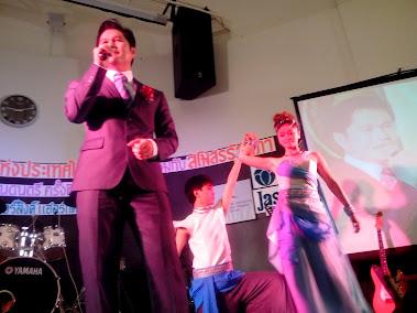 ภาพการแสดงร้องเพลงประกอบรีวิว