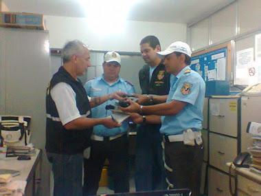 O Superintendente recolhendo os equipamentos de multas(palms e  talões) dos Supervisores
