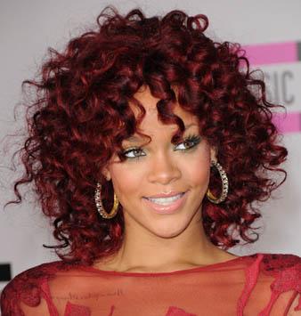 Rihanna Siyah Saçlara Kızıl Balyaj ve Rihanna Kabarık Kıvırcık Saç Modeli
