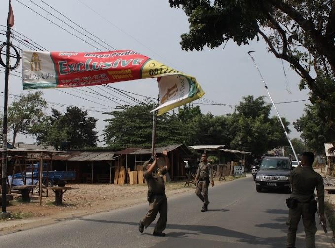 Ratusan Spanduk Liar di Jalan Raya Limo Diturunkan Satpol PP