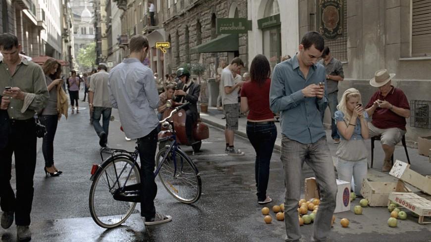Ανήκουμε σε μια γενιά που περπατάει με σκυμμένα κεφάλια πάνω από τα smartphones…