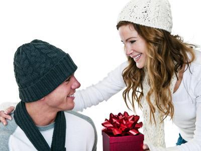 كيف تختارين هدية مناسبة لحبيبك  - woman gift present man
