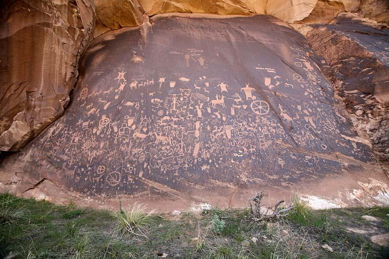 El antiguo petroglifo Newspaper Rock en EE.UU.