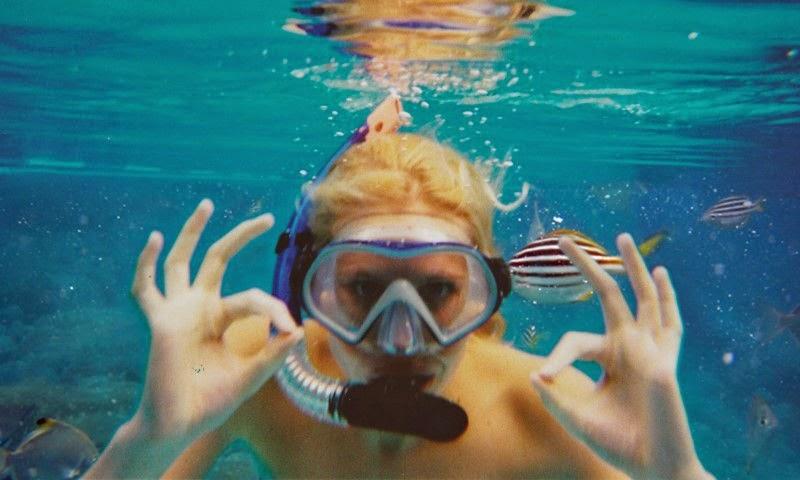 فتاة تحت الماء