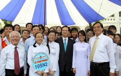 Dù công việc bề  bộn nhưng Thủ tướng Nguyễn Tấn Dũng vẫn dành thời gian dự lễ khai giảng năm học mới, niên khóa 2012-2013 với thầy trò trường Lê Hồng Phong (TPHCM)