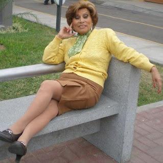 Irma Maury posando sentado