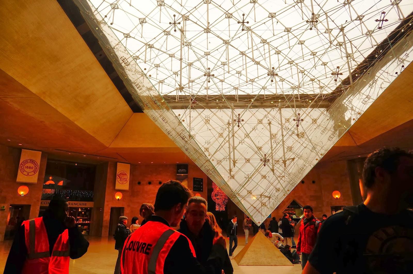 Пирамида Лувра изнутри