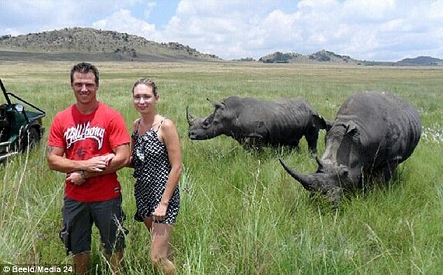Mulher tira foto segundos antes de ser atacada ferozmente por rinoceronte
